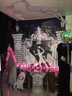Haunted mansion cemetery : Halloween 2015 my own props Halloween Camping, Halloween Office, Adult Halloween Party, Halloween 2015, Halloween Ideas, Haunted Mansion Decor, Haunted Mansion Halloween, Disney Halloween Decorations, Pumpkin Decorations