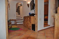 Rechts : Tür zu einem Schlafraum . Links : Treppe zum zweitem Schlafraum . ( Apartment der Casa Pecosa )