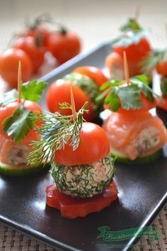 cherry tomato, cream cheese and smoked salmon Finger Food Appetizers, Yummy Appetizers, Appetizers For Party, Finger Foods, Appetizer Recipes, Tapas, Mezze, Food Garnishes, Food Goals