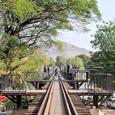 Un viaggio a #Kanchanaburi è un viaggio nella storia #rainbowRTW in questa città non sono i templi a dominare la scena ma i luoghi simbolo della Seconda Guerra Mondiale come il Death Railway Bridge ponte simbolo del conflitto. #tatroma #amazingthailand