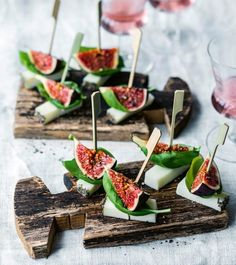 Cheese and fig skewers recipe - Recipe: cheese and fig skewers – [living at home] - Party Canapes, Snacks Für Party, Skewer Recipes, Entree Recipes, Gin Drink Recipes, Bite Size Food, Party Buffet, Party Finger Foods, Cheese Appetizers