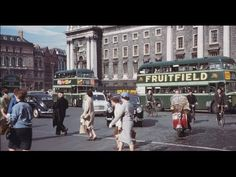 In American photographer Charles Cushman visited Ireland and captured wonderful photos of its capital, Dublin, on color slides. Old Pictures, Old Photos, Inspiring Pictures, Then And Now Photos, Dublin City, Dublin Street, Romantic Photos, Dublin Ireland, Portrait Photo