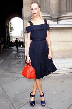 navy + a pop of color. Poppy Delevingne au premier rang du défilé Louis Vuitton