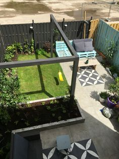 Tuin vtwonen tegels gras pergola schommel kleine stadstuin Tuinidee tuinaanleg