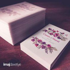 Çift taraflı baskı Düğün/Nişan Davetiye kartı. Mat yüzey, uyumlu zarfları ile birlikte. Davetiyenizin yazı içeriği isteğinize göre tasarlanır.