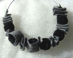 Collier gris et noir en feutrine
