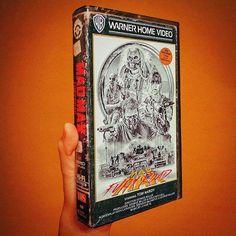 Que saudades das fitas VHS com aquelas capas vintage destruídas! Hoje em dia, com serviços de stream online a gente esquece que antigamente os filmes eram disponíveis dessa maneira para nós. O cria…