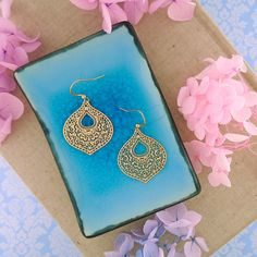 LAVISHY designs & wholesale original & beautiful applique bags, wallets, pouches & accessories for gift shop/boutique buyers in USA, Canada & worldwide. Canadian Gifts, Filigree Earrings, Makeup Pouch, Gift Store, Plating, Coin Purse, Fashion Accessories, Wallet, Purses