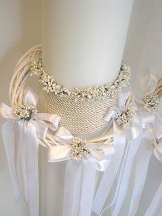 λαμπάδες γάμου διακοσμημένες με στεφανάκι, λουλουδάκια λευκά, κορδόνι και λευκές σατέν κορδέλες.