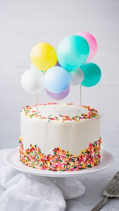 Selbst gemachter Funfetti-Kuchen mit Vanille-Buttercreme-Bereifen und Regenbogen… Homemade Funfetti Cake with Vanilla Buttercream Frosting and Rainbow Sprinkles. Buttercream Birthday Cake, Vanilla Buttercream Frosting, Rainbow Desserts, Rainbow Sprinkles, Cake With Sprinkles, Cupcakes Lindos, Bolo Original, Cupcake Cakes, Food Cakes