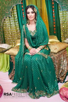 How To Set Bridal Dupatta? Draping Style of Bridal Dupatta Latest Bridal Dresses, Bridal Mehndi Dresses, Bridal Dress Design, Pakistani Wedding Dresses, Pakistani Outfits, Bridal Outfits, Indian Dresses, Indian Outfits, Wedding Mehndi