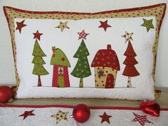 Wonderful Free of Charge Quilting navidad Tips You've opted to start out quilting. It's not possible to hang on to complete ones stunning tapestry maste Christmas Patchwork, Christmas Applique, Christmas Sewing Projects, Holiday Crafts, Christmas Pillow Covers, Christmas Cushions To Make, Quilted Table Runners, Christmas Makes, Quilted Pillow
