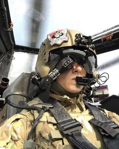 An Apache attack helicopter pilot helmet Helicopter Pilots, Attack Helicopter, Military Helicopter, Military Aircraft, Military Jets, Mädchen In Uniform, Pilot Uniform, Fighter Pilot, Fighter Jets
