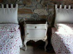 Muebles Provenzal, colchas liberty y fondo de pared de piedras :)