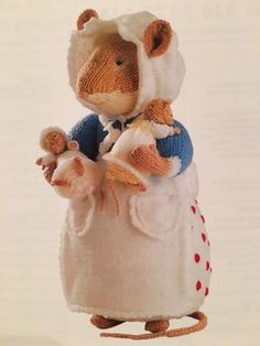 Alan-Dart-Brambly-Hedge-Toy-Knitting-Pattern Arm Knitting, Knitting For Kids, Knitting Projects, Knitting Patterns, Knitted Dolls, Crochet Dolls, Knitted Teddy Bear, Little Cotton Rabbits, Crochet Mouse