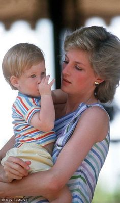 Prince Harry in the arms of mom <3