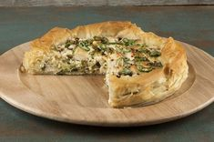 Goat cheese and leek tart by Akis Petretzikis! A delicious recipe for a savory tart made from phyllo dough with feta cheese, spring onions, yogurt, and mint! Leek Tart, Leek Pie, Greek Recipes, Raw Food Recipes, Pie Recipes, Phyllo Dough, Savory Tart, Processed Sugar, Goat Cheese
