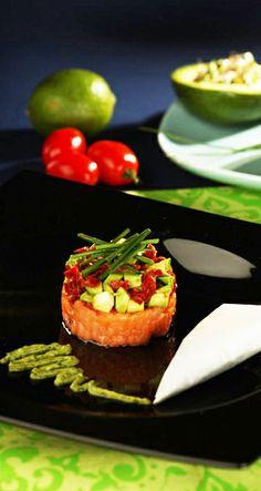 Salmon and avocado tartare Fish Dishes, Saga, Salmon, Avocado, Pudding, Desserts, Food, Tailgate Desserts, Deserts
