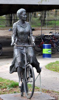 (Koningin) Prinses Beatrix op de fiets Posbank Nationaal Park Veluwezoom