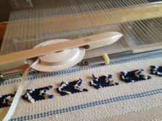 Poppana weaving in progress. Woven Rug, Yarn Crafts, Weave, Tapestry, Pop, Patterns, Rugs, How To Make, Inspiration