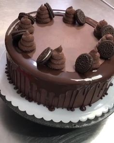 Cake Decorating For Beginners, Cake Decorating Techniques, Cake Decorating Tutorials, Chocolate Cake Designs, Chocolate Oreo Cake, Modeling Chocolate, Cake Decorating Frosting, Birthday Cake Decorating, Chocolate Garnishes