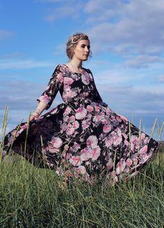Blumenprint Maxikleid, Chichwish dress, Modefotografie, Brimketill Reykjanes Peninsula, Brimketill Hotpot, Fashion Blog Iceland, Like A Riot, Mode Blog, Iceland, boho, boho style, grey hair, maxi dress