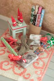 icu ~ Miniature Christmas Dollhouse ♡ ♡ By Tomoko Misumi Christmas Barbie, Christmas Minis, Christmas Crafts, Christmas Wrapping, Miniature Crafts, Miniature Christmas, Gingerbread Christmas Decor, Diy Doll Miniatures, Doll House Plans