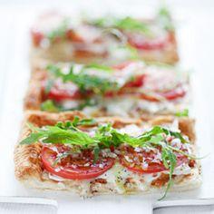 Tarta na cieście francuskim z pomidorami, mozzarellą i rukolą