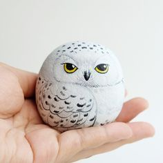 Snow owl stone painting, Stone Art Paint by Acrylic Colour, Unique. - Snow owl stone painting, Stone Art Paint by Acrylic Colour, Unique. Source by tammychearon - Painted Rock Animals, Painted Rocks Craft, Hand Painted Rocks, Painted Pebbles, Painting Animals On Rocks, Painted Stones, Painted Garden Rocks, Painted Wood, Crafts With Rocks