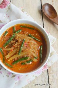 D Didi: Lontong sayur pepaya dan kacang panjang Veggie Recipes, Asian Recipes, Cooking Recipes, Ethnic Recipes, Diah Didi Kitchen, Indonesian Cuisine, Indonesian Recipes, Food Styling, Curry