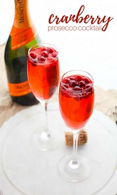 Cranberry Prosecco Cocktail - a fall prosecco punch with a splash of Cointreau and a hint of ginger for a perfectly balanced brunch cocktail recipe Thanksgiving Cocktails, Fall Cocktails, Christmas Cocktails, Holiday Drinks, Cocktail Drinks, Fun Drinks, Yummy Drinks, Beverages, Thanksgiving 2017