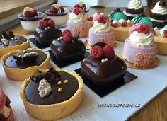 VÍKENDOVÉ PEČENÍ Cream Brulee Cheesecake, Chocolate Dome, Little Cakes, French Pastries, Dessert Recipes, Desserts, Four, Mini Cakes, Sweet Recipes