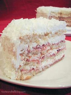 Perfect Party Cake, this lightly lemon cake is layered with raspberry preserves and a smooth, velvety buttercream frosting and then covered in sweetened coconut, Lemon, raspberry and coconut are three of my favorite flavors! Just Desserts, Delicious Desserts, Yummy Food, Sweet Recipes, Cake Recipes, Dessert Recipes, Mousse Au Chocolat Torte, Kolaci I Torte, Raspberry Cake