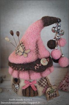 Les vendredis de Nath: On ne se refait pas !! Plus Art Fibres Textiles, Textile Fiber Art, Fairy Crafts, Felt Crafts, Needle Felted Animals, Felt Animals, Felt Mushroom, Felt House, Needle Felting Tutorials