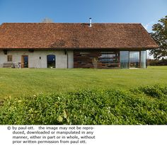 Haus P / Gangoly & Kristiner Architekten ZT GmbH - Paul Ott Pfotografiert Style At Home, Straw Bale Construction, Alpine Lodge, Contemporary Barn, Architect Magazine, Garden Architecture, House Extensions, House Roof, Old Barns
