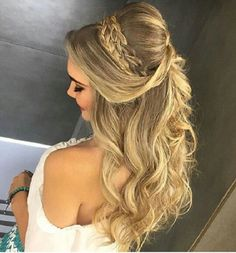 Pretty Half up half down hairstyles - Half up half down hair with some volume #weddinghair #hairstyle #halfuphalfdown #halfuphair #weddinginspiration #halfupstyle