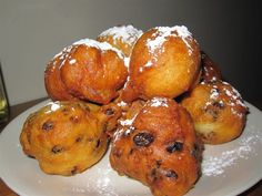 Oliebollen (Dutch dough balls fried in oil) From: Dutch Food Delicious Desserts, Dessert Recipes, Yummy Food, Dutch Desserts, Dutch Recipes, Cooking Recipes, Bavarian Recipes, Amish Recipes, Netherlands Food