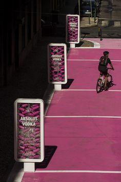 """""""Rua Cor-de-rosa é um projecto de intervenção urbana do Atelier do Arquitecto José Adrião para a Rua Nova do Carvalho, no Cais do Sodré"""". A ideia é requalificar, limpar e ordenar as esplanadas e o comércio da rua. Edição de Texto by Lúcia"""