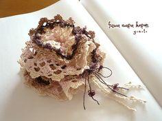 花びらをかさねたようなデザインに小花を散らしたような飾り糸と淡いピンクやベージュなどの落ち着いた色合いがほどよい華やかさの大人かわいいシュシュです。レーシーで...|ハンドメイド、手作り、手仕事品の通販・販売・購入ならCreema。