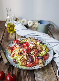 Greek zucchini noodle salad // Kreikkalainen kesäkurpitsaspagetti-salaatti – Viimeistä Murua Myöten Lunch Recipes, New Recipes, Vegetarian Recipes, Healthy Recipes, Drink Recipe Book, Fodmap Recipes, Fun Cooking, Best Breakfast, I Love Food