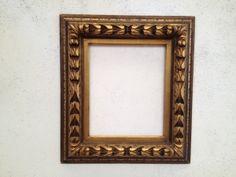 Espectacular marco tallado a mano con una preciosa decoración en pan de oro y tintas. http://www.kinomarcosmolduras.com/producto/30/espejosmarcos-barrocos