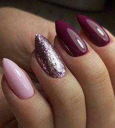 The advantage of the gel is that it allows you to enjoy your French manicure for a long time. There are four different ways to make a French manicure on gel nails. Elegant Nail Designs, Elegant Nails, Nail Art Designs, Sparkly Nail Designs, Nails Kylie Jenner, Uñas Fashion, Nails Design With Rhinestones, Almond Shape Nails, Almond Nail Art