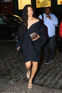 The continued to put her bold fashion sense on display during a night out in New York City on Friday. She also wore a pair of strappy silver heels and carried a boxy Louis Vuitton clutch. Rihanna Legs, Looks Rihanna, Mode Rihanna, Rihanna Riri, Bold Fashion, Girl Fashion, Fashion Outfits, Tokyo Fashion, Fashion Night