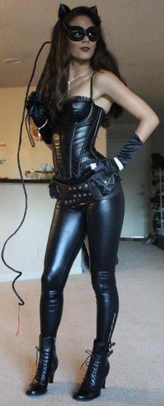 Une cosplayeuse plus que sexy qui se déguise en Catwoman