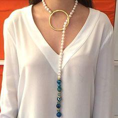 Collar de perlas de rio redondas, con pieza en baño de oro y ágatas