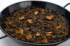 El arroz negro es otro de los platos tradicionales de arroz que se cocinan en España, y normalmente se acompaña con sepia. ¡Es muy fácil de hacer!