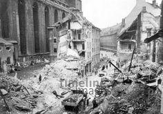 Zerstörte Löwengrube am Dom in München, 1945 Timeline Classics/Timeline Images #Luftangriff #Bombadierung #Destruction #Bombing #Munich #Schutt