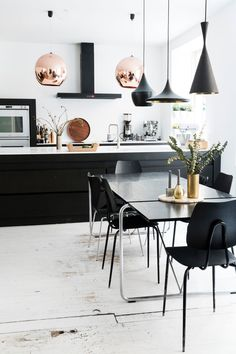 Fra fabrikk til familiehjem Black Kitchens, Home Kitchens, Sweet Home, Dinner Room, Modern Kitchen Design, White Decor, Scandinavian Interior, Dining Room Design, House Rooms