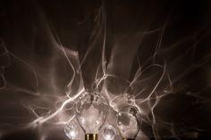 Poetic Lab a conçu une collection de luminaires appelée «Ripple» pour la prestigieuse marque autrichienne de cristal Lobmeyr. Dévoilée la semaine dernière à Milan, Ripple est une lampe mobile qui exprime la beauté du verre et célèbre son procédé de fabrication. Chaque ensemble contient un grand dôme rotatif et un dôme inférieur qui maintient la source de lumière. Les créateurs ont voulu capturer la beauté de la lumière créée par la réfraction de l'eau et recréer cette beauté en intérieur.