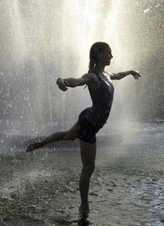 Chuva - rain - lluvia - estação - season - temporada - chovendo - raining - lloviendo - temporal - tempestade - storm - tormenta - dias - days - día - chuvoso - rainy - lluvioso - clima - climate - tempo - água - water - gotas - drops - mulher – woman – mujer – garota – girl - dança – dance – danza – dançando – dancing – baile - bailarina - ballerina - balé - ballet - feliz – happy – felicidade – happiness - divertindo-se - having fun - divertirse